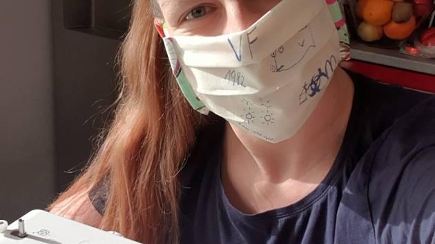 Kateřina Šafránková ve volných chvílích šije roušky.