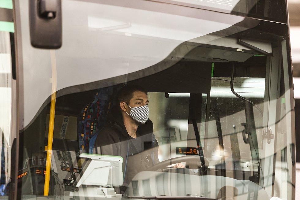 Řidič autobusu v obličejové roušce v Kolíně.