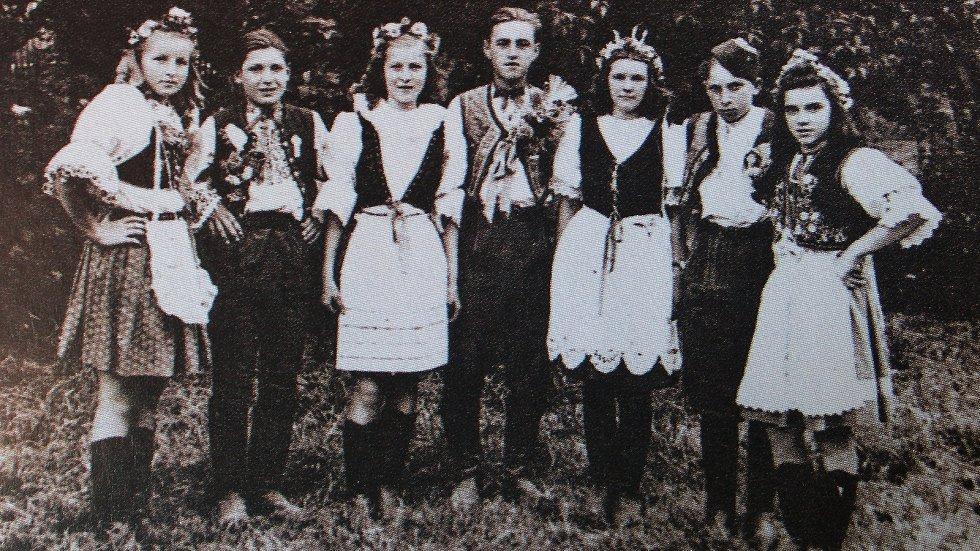 Děvčata a mládenci v lidových krojích vyrazili každý rok v červenci spolu s muzikanty na průvod z Radimku do Cerhýnek.