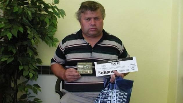 Kamarád vítěze Ladislava Mazánka Petr Peška si přišel vyzvednout dárkový sázkový certifikát Chance v hodnotě 100 korun a poukaz na pohoštění do restaurace Stoletá v hodnotě 300 korun.