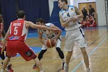 Z utkání BC Geosan Kolín - Pardubice (70:86).