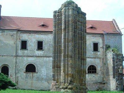Cisterciácký klášter se stal dominantou obce.