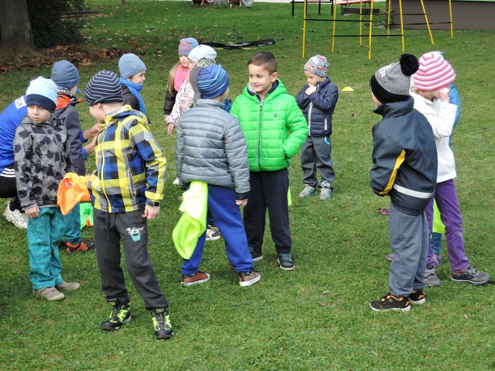 Fotbalisté přišli za dětmi do mateřinky ukázat trénink.
