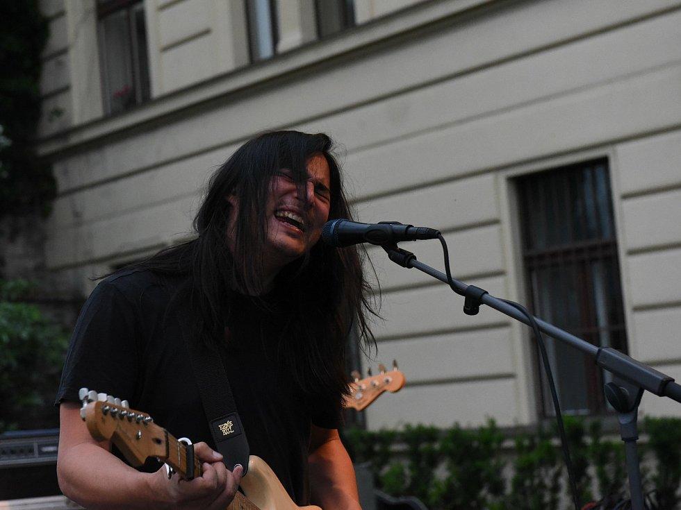 Z rockového koncertu na terasách za Městským společenským domem v Kolíně. Na snímku maďarská kapela Ék.