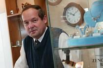 Jan Hora (54) vystudoval zemědělskou vysokou školu – obor zootechnik. Po ukončení studia v tomto oboru také pracoval. Poté byl dva roky zaměstnán jako pomocný dělník. Od roku 1991 se podle rodinné tradice věnuje podnikání v hodinářství a zlatnictví.