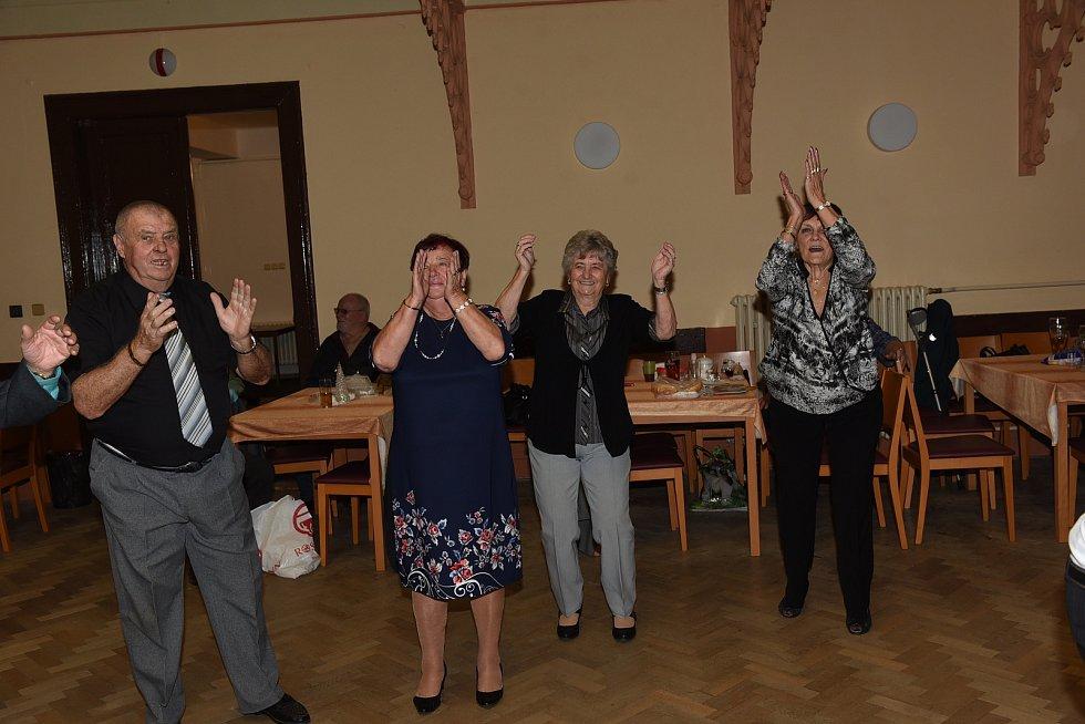 Nedělní taneční setkání členů a příznivců Klubu přátel Františka Kmocha vsále Na Zámecké v Kolíně.