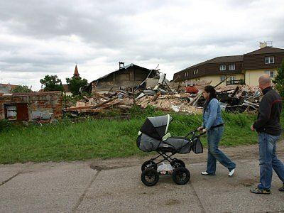 Objekt bývalého statku na okraji Peček u benzinové pumpy padl. Statik jej po úterním neštěstí nechal zbořit.
