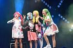 Čtyři holky na pódiu bavily několik dalších stovek v hledišti.