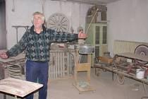 Pokud by Antonín Fabián skutečně musel zbourat část dílny, kterou úřad označil jako černou stavbu, znamenalo by to pro něj konec s truhlařinou. K demolici by totiž byla polovina zastřešené dílny plus přístřešek na zahradě, kde skladuje dřevo.