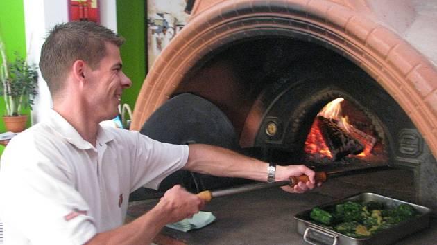 Venkovní teploty se pekařům musí zdát příjemné. Pracují i v 45 stupních