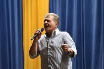 Dobrou náladu rozdával ve velkém sále kolínského městského společenského domu zpěvák a skladatel Marcel Zmožek.