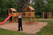 Strážníci za pomoci detektoru kovů zkontrolovali mimo jiné dětské hřiště v Sendražicích.
