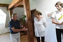Z vernisáže výstavy kreseb výtvarnice Gabriely Novákové a fotografií jejího syna Kryštofa v Galerii V Zahradě Základní umělecké školy Františka Kmocha v Kolíně.