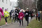 Tradičního běhu v Pečkách se účastní běžci různých věkových kategorií.
