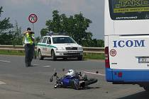 Motocyklista se u Plaňan střetl s autobusem. 30. června 2009