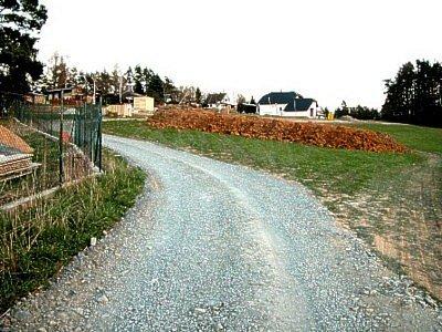 Cesta byla postavena načerno, dodatečně však získala stavební povolení. Jedním z jejích iniciátorů byl i starosta Jiří Procházka.