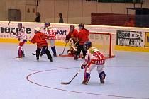 Kolíňačka Kateřina Mrázová (s číslem 98) se připravuje ke střele. MS v in-line hokeji 2010, Beroun; utkání s Čínou; výhra 13:0