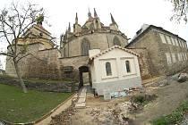 Práce na úpravě okolí chrámu sv. Bartoloměje v Kolíně.