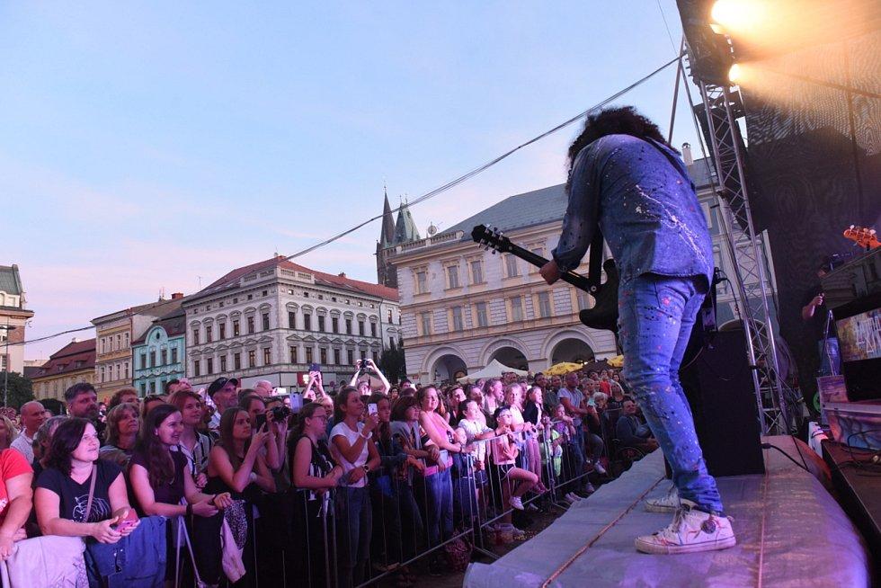 Kolínské kulturní léto: z koncertu zpěváka Marka Ztraceného na Karlově náměstí.