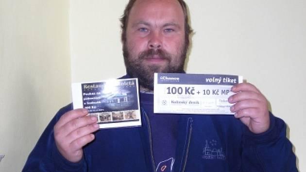Syn vítězky Václav Mikšovský si přišel do naší redakce vyzvednout dárkový sázkový certifikát Chance v hodnotě 100 korun a poukaz na pohoštění do restaurace Stoletá v hodnotě 300 korun.