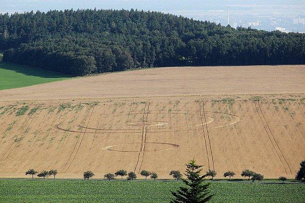 Také na kruhy v obilí, viditelné z rozhledny na Vysoké, upozornil náš Deník letos v létě jeden ze čtenářů