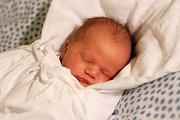 ADAM Šašek se narodil 20. listopadu 2015 mamince Evě a tatínkovi Standovi. Po porodu se pyšnil váhou 3830 gramů a výškou 53 centimetry.