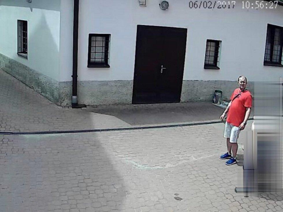 Kolínští policisté pátrají po totožnosti neznámého muže z kamerového záznamu.