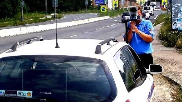 Českobrodští strážníci vyjíždějí měřit rychlost vozidel do okolních obcí, například Rostoklat či Břežan II. Podle některých hlasů pak citelně chybí v ulicích samotného města.