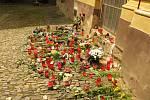 Na spontánně vzniklém pietním místě u kouřimské radnice stále přibývají květiny, svíčky, dárky na rozloučenou.
