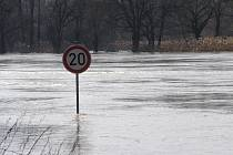 při posledních povodních se vylilo Labe i mezi Kolínem a Třemi Dvory