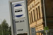 Autobusová zastávka u železniční stanice v Pečkách.