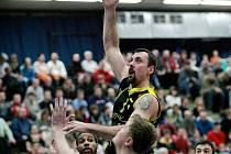 Z utkání Mattoni NBL mezi Kolínem a Sadskou (83:97).
