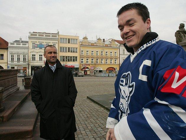 Kapitán kolínských hokejistů Josef Malý (vpravo) s manažerem Radkem Kmoníčkem.