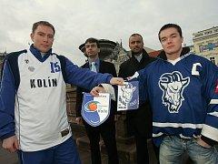 Kapitáni obou týmů - hokejista Josef Malý (vpravo) a basketbalista Jiří Novotný (vlevo) s manažery - Miroslavem Sodomou (druhý zleva) a Radkem Kmoníčkem.