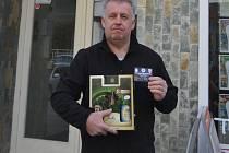 Jaroslav Pačes získal za vítězství v prvním kole permanentku na utkání kolínských fotbalistů v jarní části 2. ligy a také karton piv značky Rohozec.