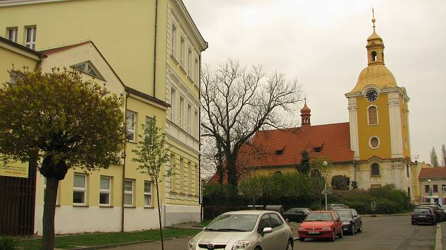 Dominantou centra Zálabí je kostel sv. Víta. Zaniklou ves Mnichovice připomíná jméno ulice, v níž dnes stojí základní škola.
