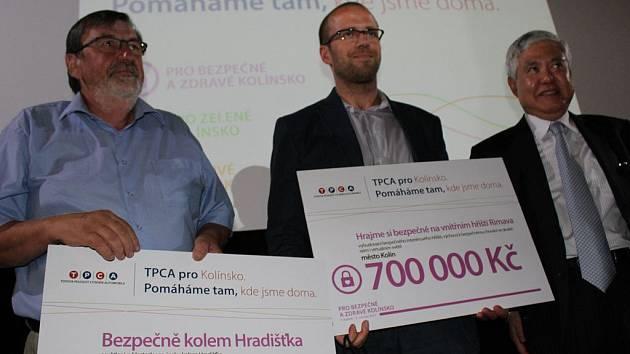 Starosta Ivan Kašpar (vlevo) při předávání šeků z grantového programu TPCA pro Kolínsko vloni v červnu.