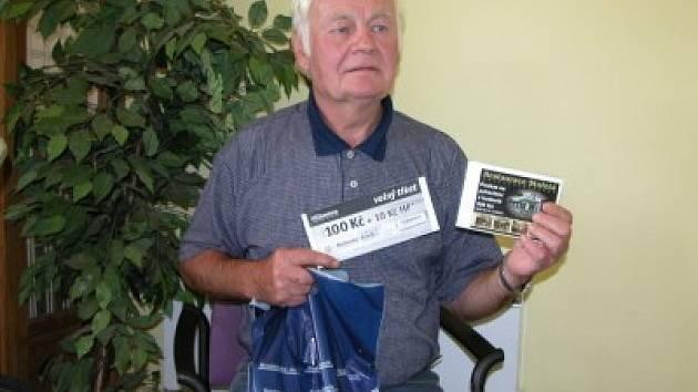 Jaroslav Siňor si přišel do naší redakce vyzvednout dárkový sázkový certifikát Chance v hodnotě 100 korun a poukaz na pohoštění do restaurace Stoletá v hodnotě 300 korun.