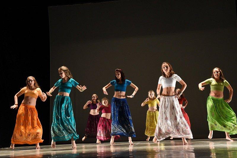 Žáci tanečních škol celého regionu předvedli své umění na divadelních prknech.
