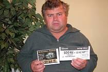 Za Jaroslava Syrového vyzvedl dárkový sázkový certifikát Chance v hodnotě 100 korun a poukaz na pohoštění do restaurace Stoletá v hodnotě 300 korun Petr Peška.
