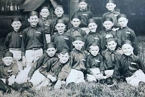 Fotografie z 30. let 20. století zachycuje tehdejší mladé sokolíky.