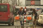 Supermarkety a parkoviště před nimi zažily ve čtvrtek před Velikonocemi opravdu nával – Kaufland Kolín