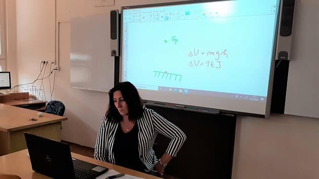 Učitelka při online výuce v době nouzového stavu.