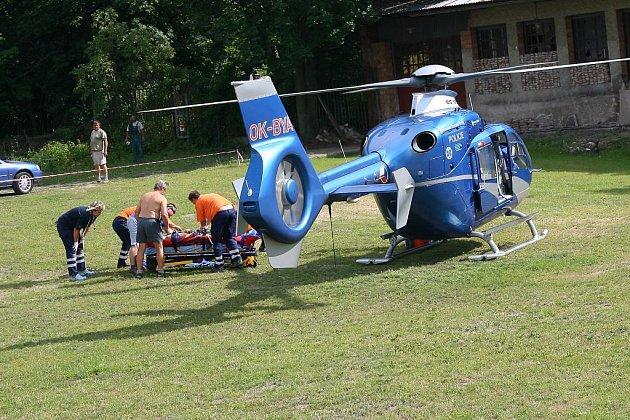 U kolínského zimního stadionu zasahoval vrtulník.