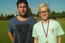 Dominik Holub (vpravo) se svým trenérem Martinem Radikovským.