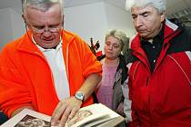 Jiří Franz (vlevo) při jednom z těch světlejších okamžiků své kariéry u kolínské záchranky. Rodiče těžce zraněného Giorgije Cereteli mu přišli poděkovat za záchranu života svého syna.