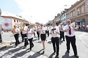 Rozpálenými kolínskými ulicemi pochodovaly mažoretky a dechové orchestry.