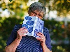 Marie Svatošová se svou knihou Neboj se vrátit domů.