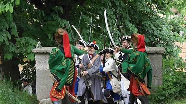 V Cerhenicích si užili pouťové atrakce, pouťovou zábavu a nechybělo ani verbování do historické armády spojené s ukázkami z Bitvy u Kolína.
