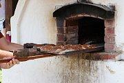 Z veřejného pečení chleba ve Štolmíři.